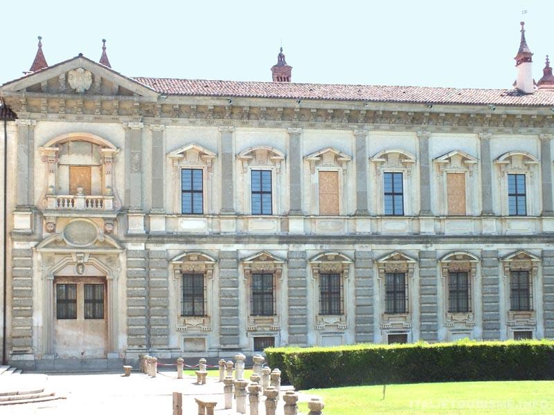 Le palais ducal qui côtoie la Chartreuse