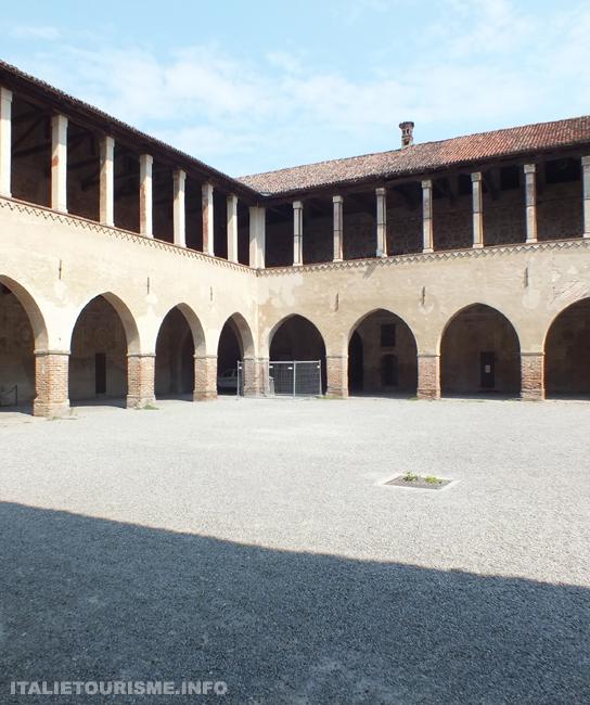 chateau de Pandino (Cremone, Italie), cour interieure