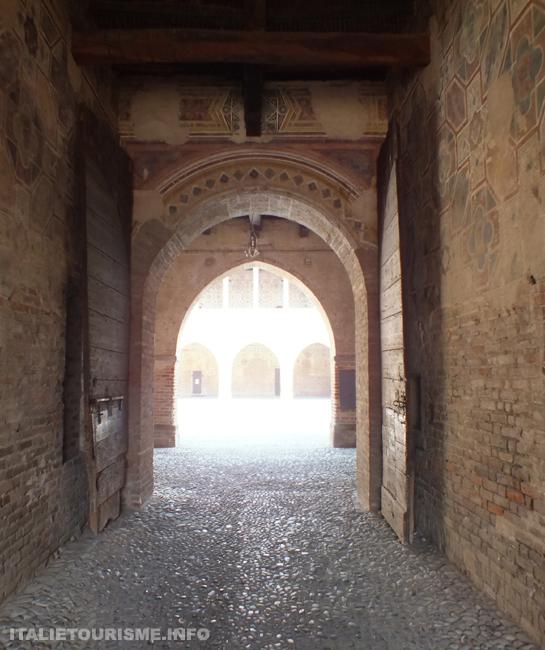 chateau de Pandino Cremone Italie, en s'acheminant vers la cour