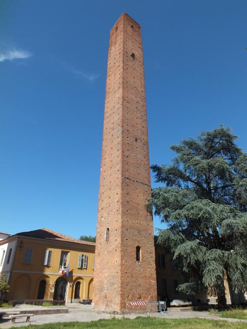 Les gratte-ciels du moyen age, les trois tours à Pavie, près de l'Université