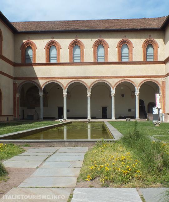 chateau des Sforza à Milan, le porche des éléphants