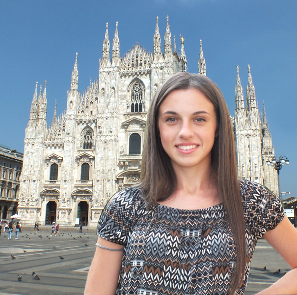 Visiter Milan Italie, une jolie fille dans la place de la Cathèdrale de Milan, Piazza Duomo
