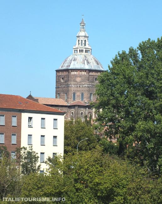 Visiter Pavie. Pavie Italie tourisme voyage vue du Duomo de Pavie