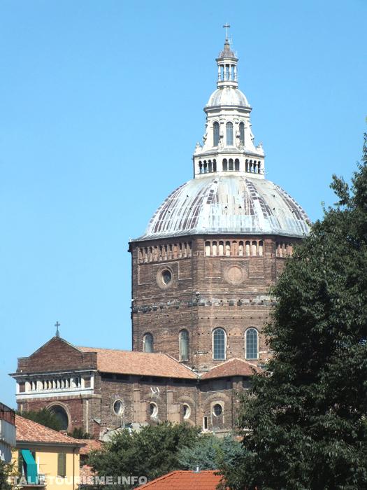 Visiter Pavie. Pavie églises, la Cathédrale de Pavie Italie Lombardie. Pavie tourisme
