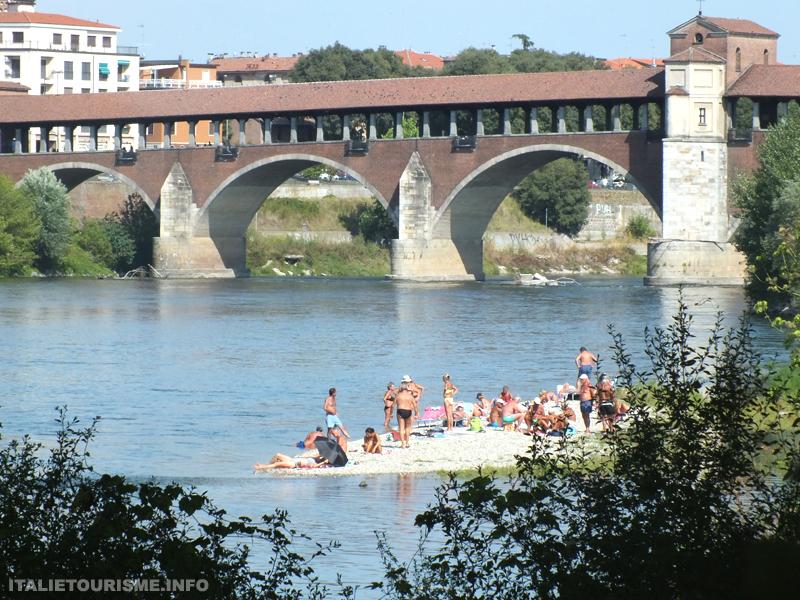 ilot sur le Tessin à Pavie Italie, les gens bronzent en maillot de bain