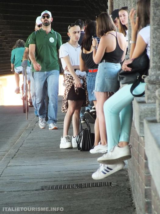 jeunes gens sur le pont de Pavie en causant