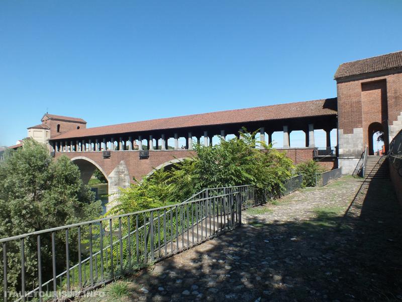 photo du cont couvert de Pavie. Foto del ponte coperto di Pavia in estate