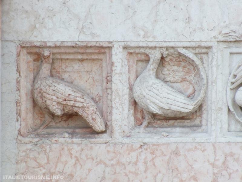 Baptistère de Parme.  Frise composée de 75 bas-reliefs sculptés dans des panneaux de marbre rouge de Vérone