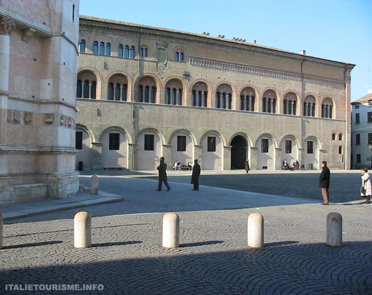 Visiter Parme: Palazzo vescovile (Palais épiscopal). Parme tourisme. Voyager à Parme