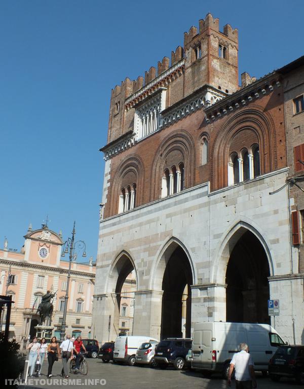 Plaisance Italie photo du Palais gothique dans la Place des chevaux (Piazza dei cavalli)