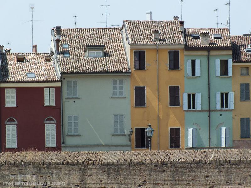 Visiter Parme en une journée: maisons pictoresques dans le quartier Oltretorrente