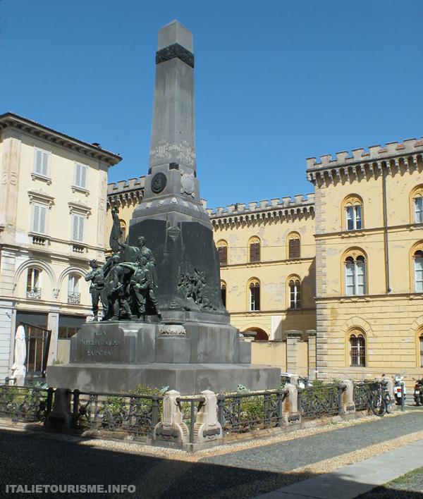 Visiter Pavie en 1 jour: Piazza del Lino. Photos Pavie Italie