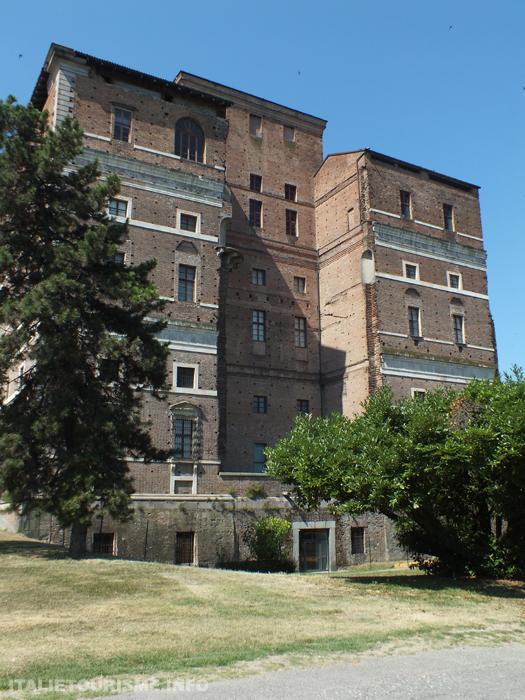 Palazzo Farnese Piacenza. Visiter Plaisance Italie: Palais Farnese, vue laterale