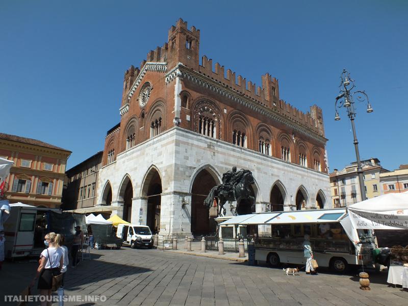 Visiter Plaisance Italie: Palazzo Gotico. Plaisance tourisme