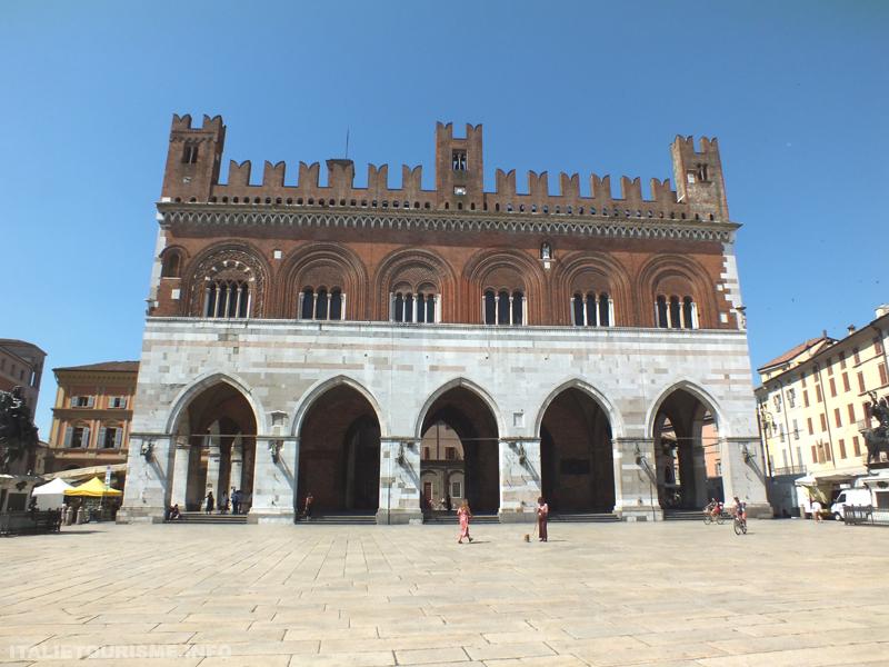 Visiter Plaisance Italie: Palazzo Gotico. Plaisance tourisme. Que voir à Piacenza Italie