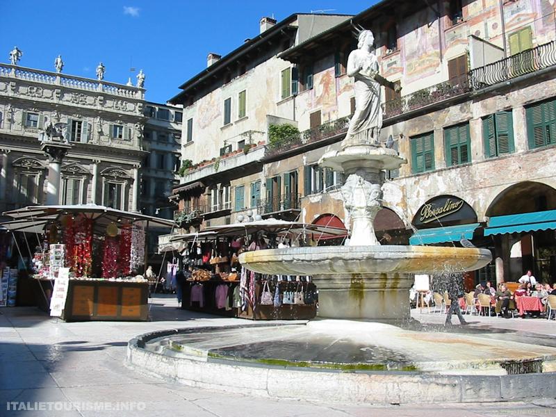 Visiter Vérone: piazza delle Erbe. Vérone Italie tourisme