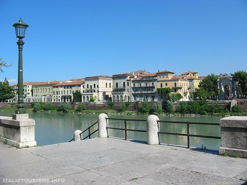 Le fleuve Adige à Vérone, Italie