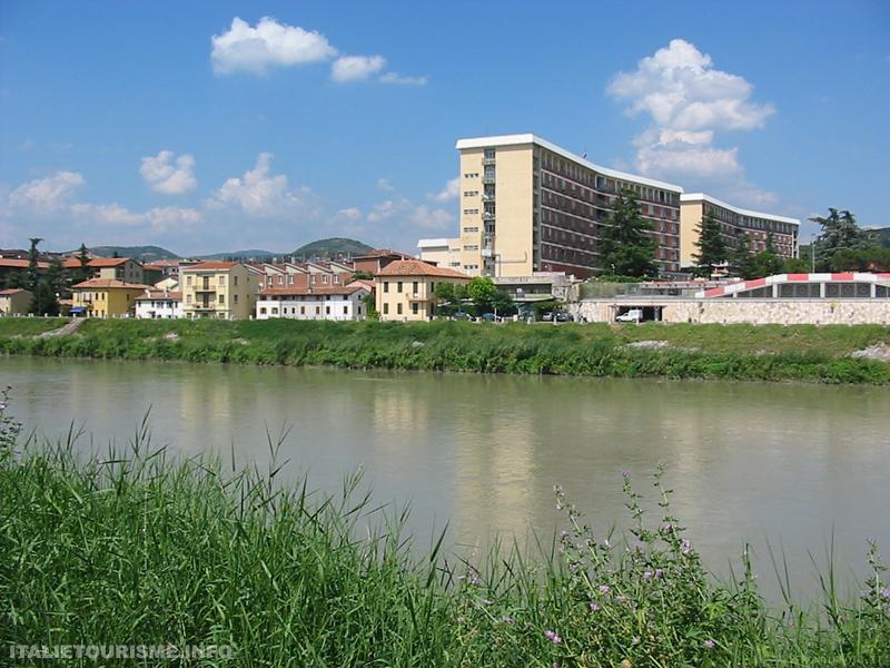 hopital de Vérone et fleuve Adige