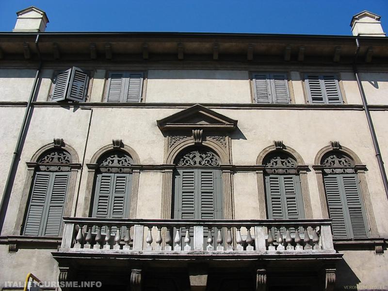 Vieilles maisons dans le quartier de Veronetta Vérone Italie
