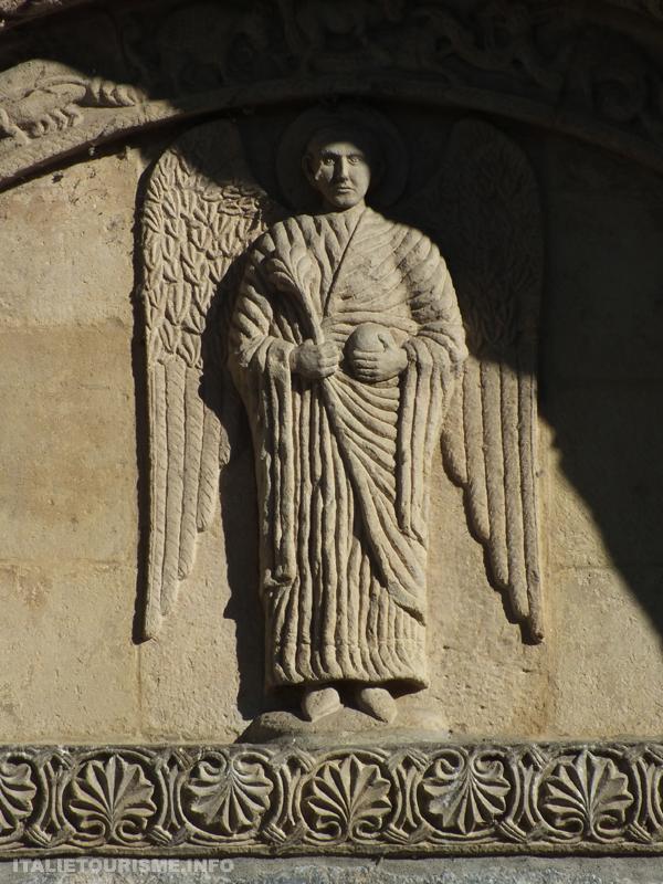 Ange en bas-rélief, façade San Michele Maggiore Saint Michel Majeur Pavie Italie