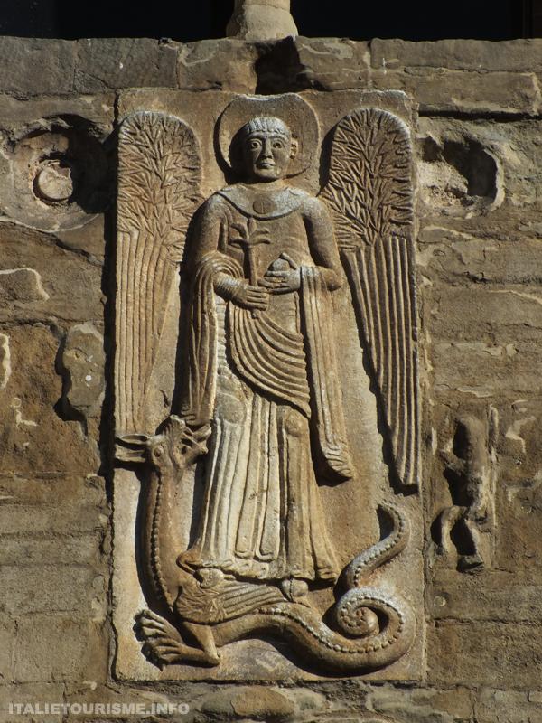 Arcange Michel avec le Dragon sur la façade de Saint Michel-Majeur à Pavie en Italie