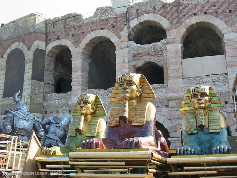 Les décors de l'Aida empilés à l'extérieur des arènes